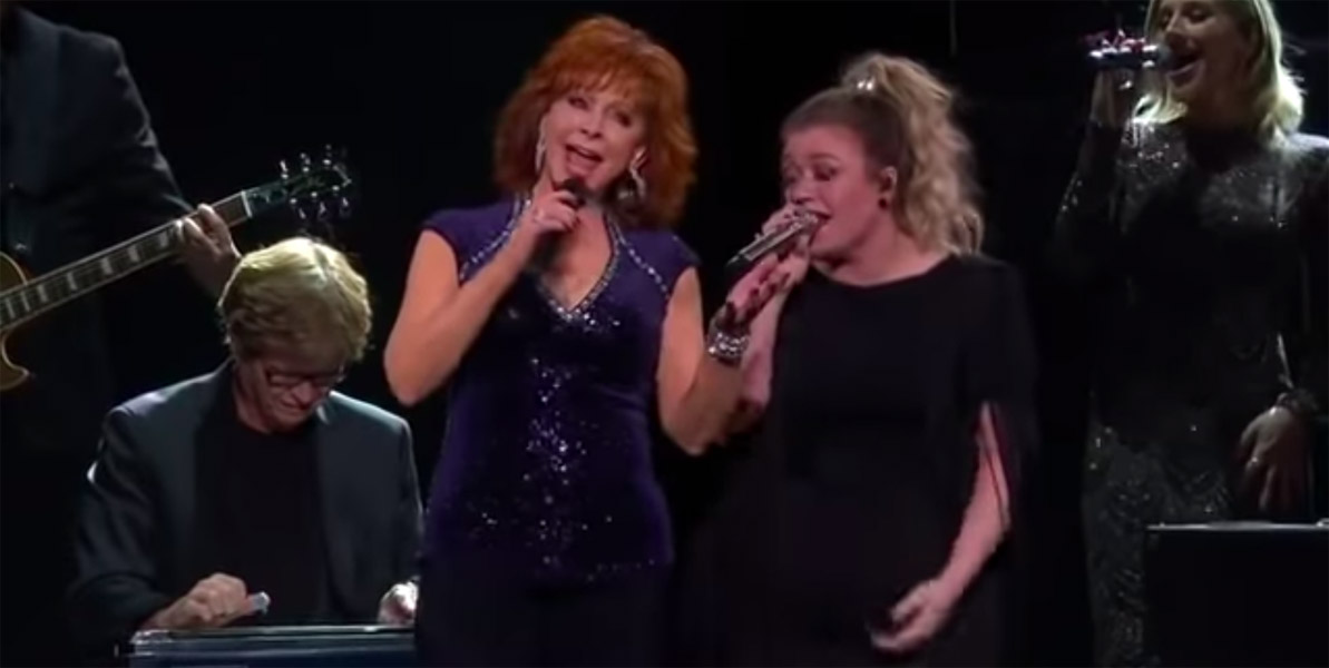 Reba McEntire joines Kelly Clarkson during Meaning of Life tour